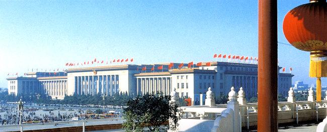 人民大会堂旗帜建筑绿树     青色 天蓝色