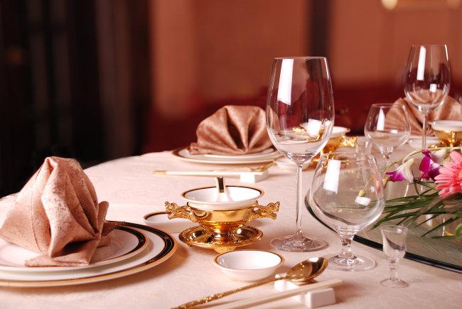 宴会 餐饮 餐具 高档中式宴会摆台图片