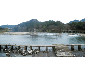 清澈的大湖連綿的山