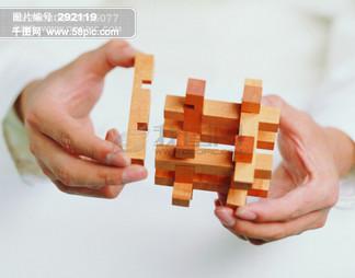 全球首席设计大百科 工作概念 手势 团结合作 握手 科幻 地球仪 地测仪 方块 木基